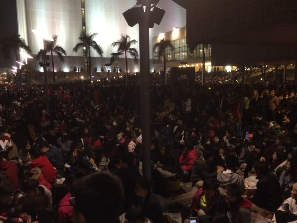 На площади было очень много людей