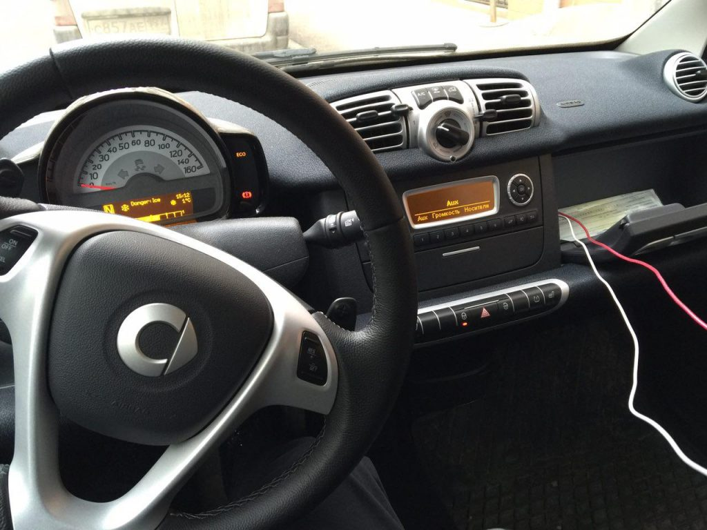 В машине лежит зарядка для айфона/андроида и иногда AUX